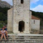 Frank und Sandra vor der Kirche in Baska