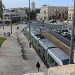 Blick von der Altstadt-Mauer auf den Light-Train
