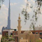 kleine Moschee und großes Burj Khalifa