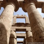 Meterhohe Säulen im Karnak-Tempel