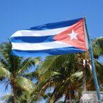 cubanische Flagge am Strand von Playa Ancon