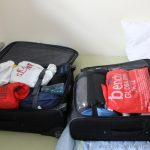 ein großer und ein kleiner Koffer gehen auf Reisen