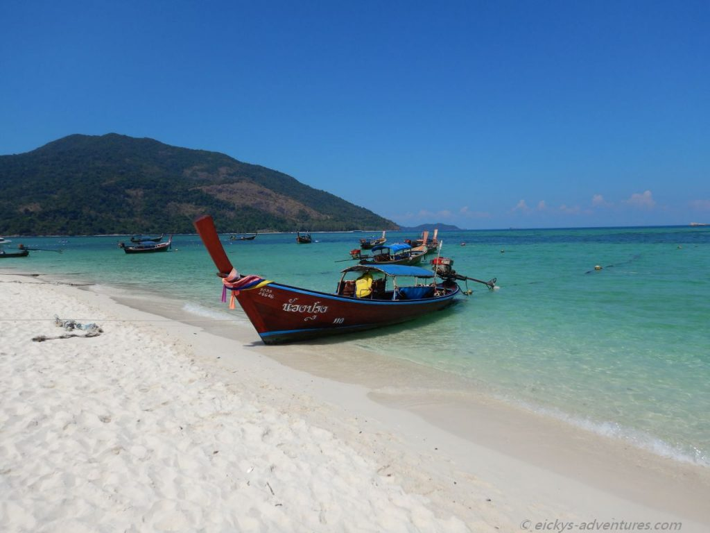 typisches Longtail Boot am Sunrise Beach auf Koh Lipe
